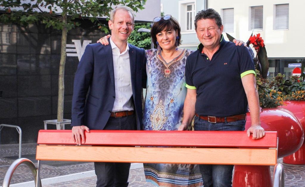 Erste Regenbogenbank steht in Villach