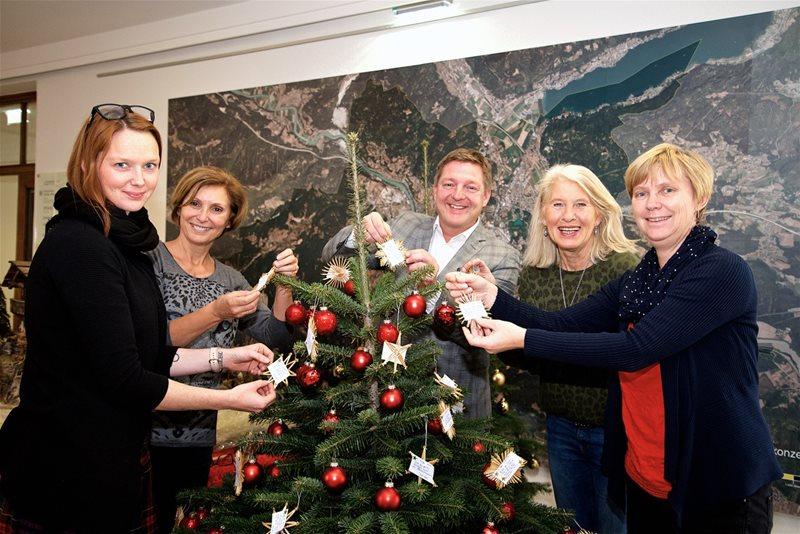 Bäume im Rathaus erfüllen Weihnachts-Wünsche